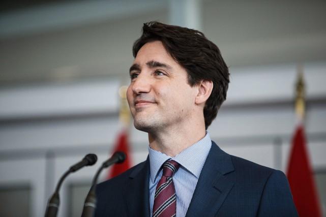 Justin Trudeau s'adressant aux médias dans une bibliothèque... (PHOTO CODIE MCLACHLAN, LA PRESSE CANADIENNE)