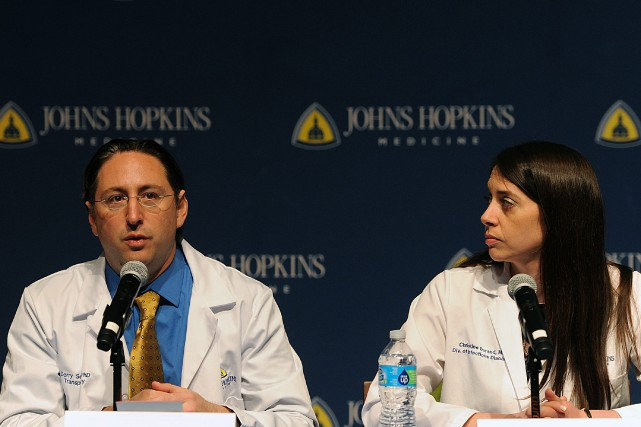 Des médecins du Johns Hopkins hospital répondent aux... (PHOTO GAIL BURTON, ASSOCIATED PRESS)