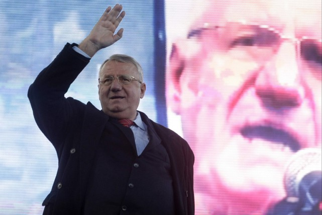 L'ultranationaliste serbe Vojislav Seselj salue ses partisans lors... (PHOTO ANDREJ CUKIC, ARCHIVES AP)