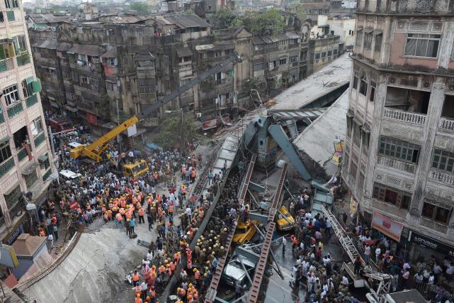L'effondrement d'un autopont en construction jeudi à Calcutta, dans l'est de... (AFP, Dibyangshu SARKAR)