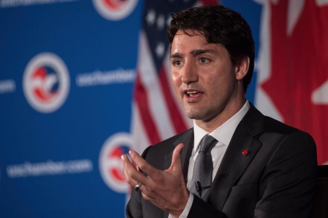 Justin Trudeau répond à des questions ce jeudi matin, à Washington, devant des... (AFP, NICHOLAS KAMM)