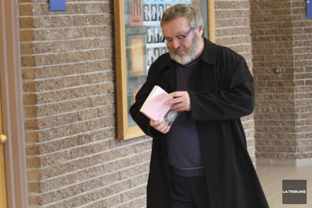 Le sexologue Alain Desharnais traite Simon Fortier derrière... (La Tribune, René-Charles Quirion)