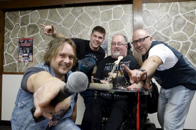 De gauche à droite: Éric Bédard, du groupe... (Sylvain Mayer)