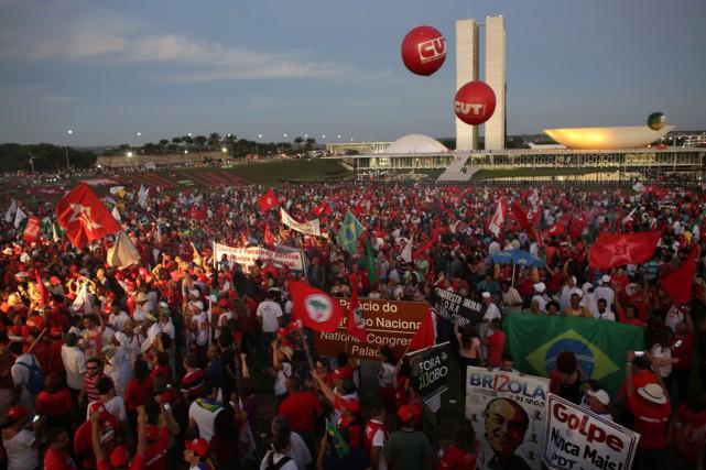 Des partisans de Rousseff et Lula ont manifesté... (Photo Eraldo Peres, AP)