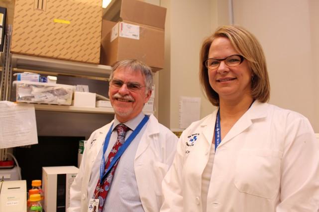 Les docteurs Duncan Stewart et Lauralyn McIntyre, del'Institut... (PHOTO FOURNIE PAR L'INSTITUT DE RECHERCHE DE L'HÔPITAL D'OTTAWA)