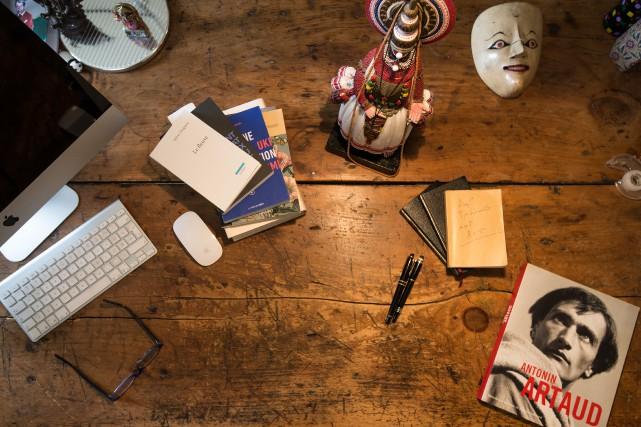 L'auteur Larry Tremblay nous présente les objets qui... (PHOTO OLIVIER PONTBRIAND, LA PRESSE)