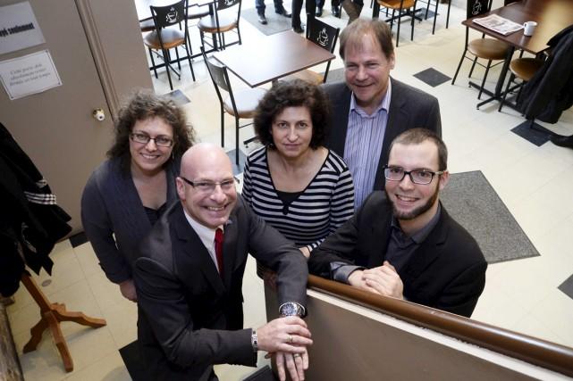 Le député de Trois-Rivières Jean-Denis Girard entouré d'Isabelle... (Sylvain Mayer)