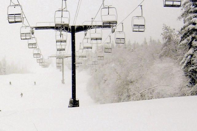 Un jeune skieur a été retrouvé inconscient dans un ruisseau d'un sentier... (Photo AP)