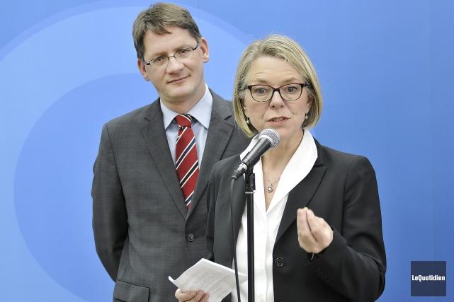 Flanquée de Sylvain Gaudreault, Mireille Jean a dévoilé... (Photo Le Quotidien, Rocket Lavoie)