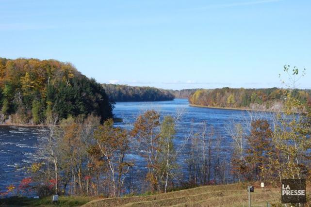 La rivière Saint-François, en Estrie, est aussi sous... (PHOTO ARCHIVES LA PRESSE)