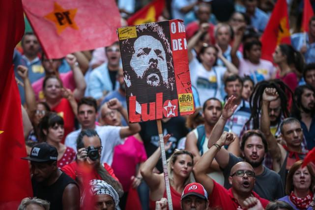 Des partisans du Parti des travailleurs manifestent en... (PHOTO JEFFERSON BERNARDES, AGENCE FRANCE-PRESSE)
