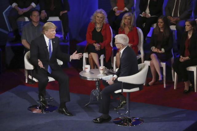 Donald Trump avec Anderson Cooper à CNN. Le... (AP, Charles Rex Arbogast)