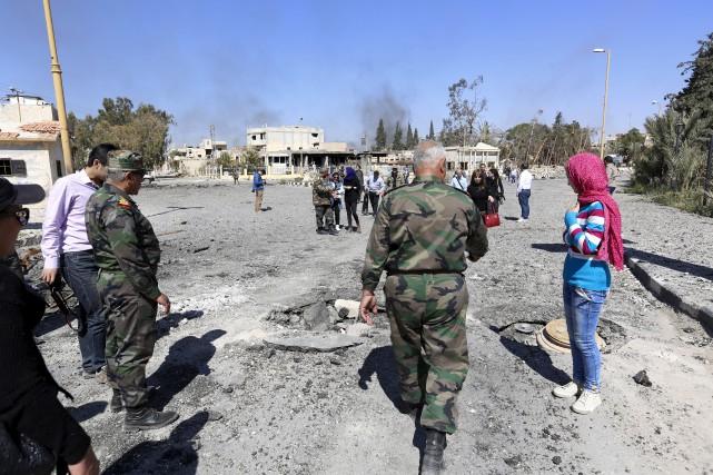 Les militaires syriens guident les journalistes dans la... (Photo AP)