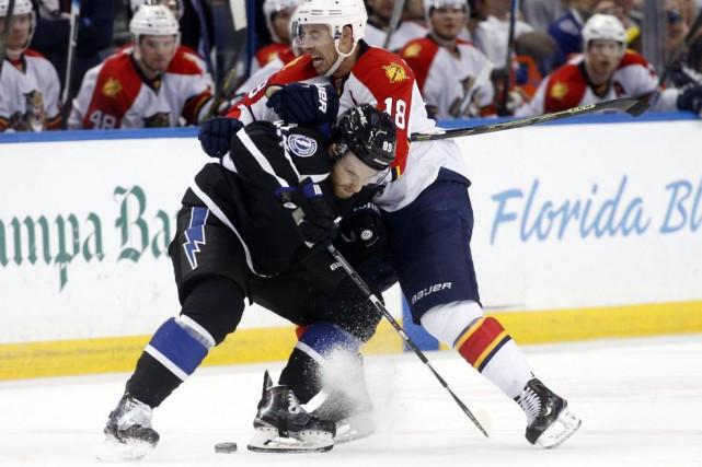 Nikita Nesterov, du Lightning, met en échec Reilly... (AP, Brian Blanco)