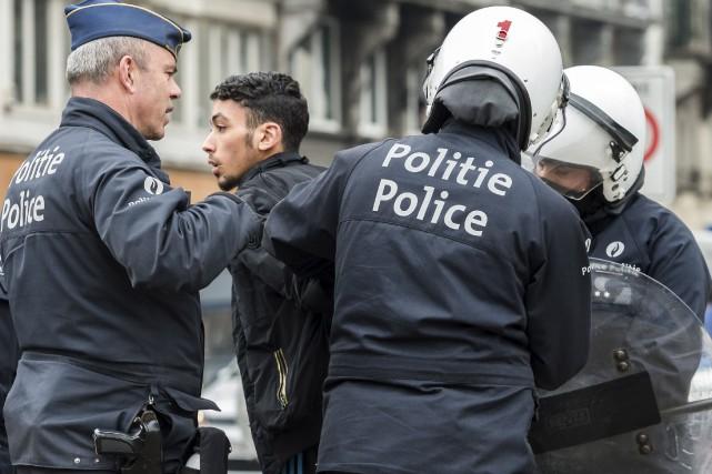L'ambiance était tendue samedi à Molenbeek, où un... (AP, Geert Vanden Wijngaert)
