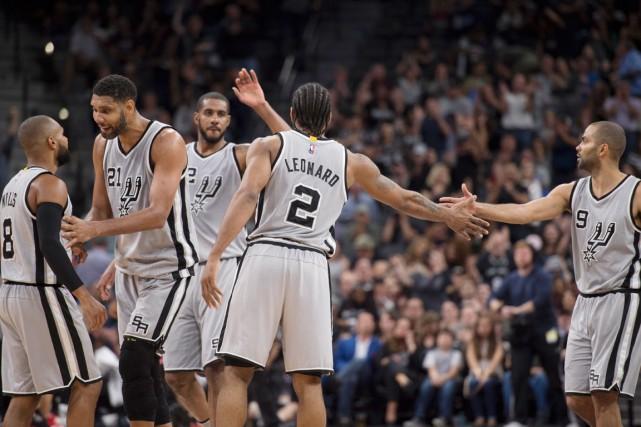 Les Spurs ont enregistré une 64evictoire en saison... (PHOTO JEROME MIRON, USA TODAY)