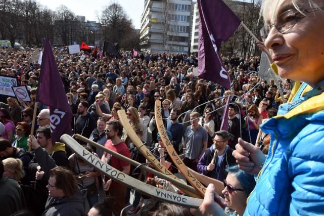 À Varsovie, des manifestantes brandissaient des cintres, symbole... (PHOTO AFP)