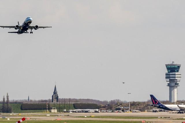 Les vols commerciaux ont repris partiellement dimanche à l'aéroport de... (Associated Press)
