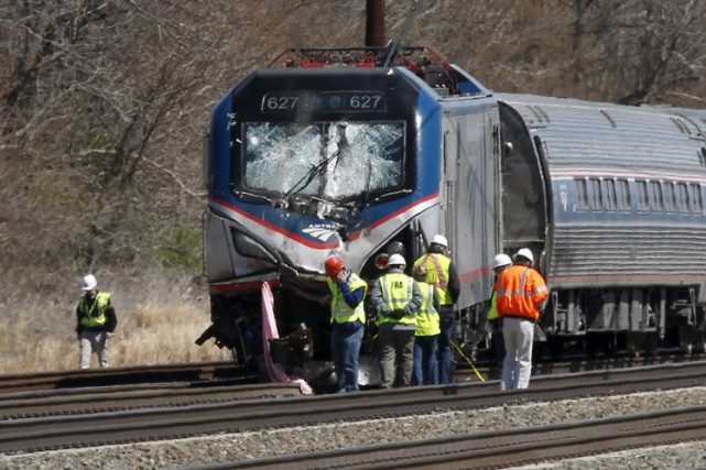 Un train d'Amtrak a déraillé après avoir percuté un engin de construction au... (PHOTO REUTERS)