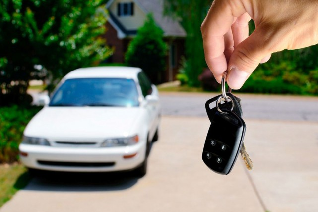 Si certains acheteurs préfèrent se procurer leur prochaine automobile... (123RF, SEAN PAVONE)
