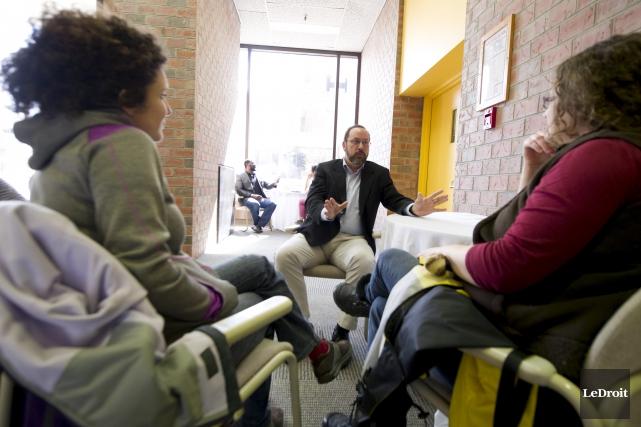 Serge Lafrenière en pleine discussion avec Priscille Andreosso... (Martin Roy, LeDroit)