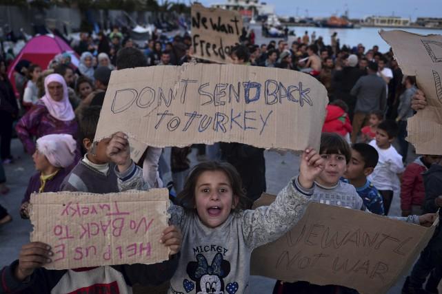 Ces enfants tiennent des pancartes demandant à ne... (AFP, Louisa Gouliamaki)