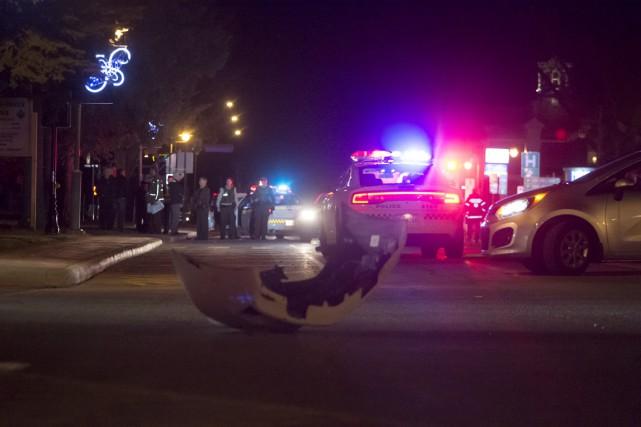 La voiture des policiers a été endommagée.... (Stéphane Lessard)