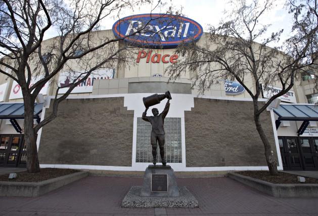 La statue grandeur nature de Wayne Gretzky devant... (La Presse Canadienne, Jason Franson)