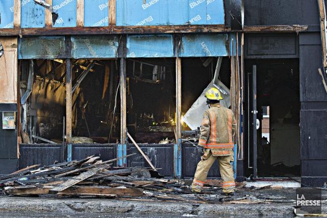 L'incendie a lourdement endommagé le Candi Bar.... (PHOTO PATRICK SANFAÇON, LA PRESSE)