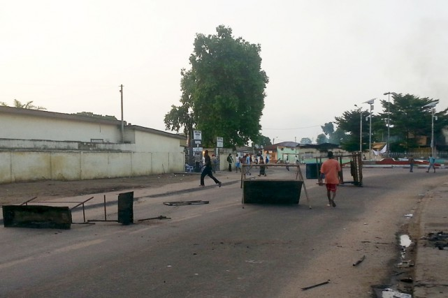 Des manifestants opposés au régime du président Sassou... (PHOTO ROCH BOUKA, REUTERS)