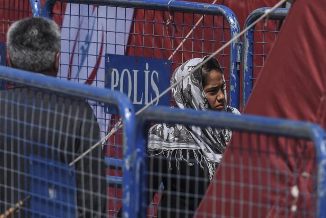 Une migrante, à sa descente du navire de... (Agence France-Presse, Ozan Kose)