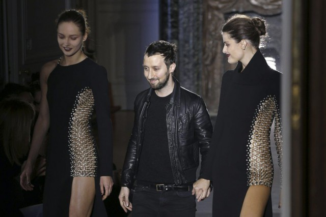 Le designer Anthony Vaccarello (C) lors de son... (PHOTO FRANÇOIS GUILLOT, AFP)