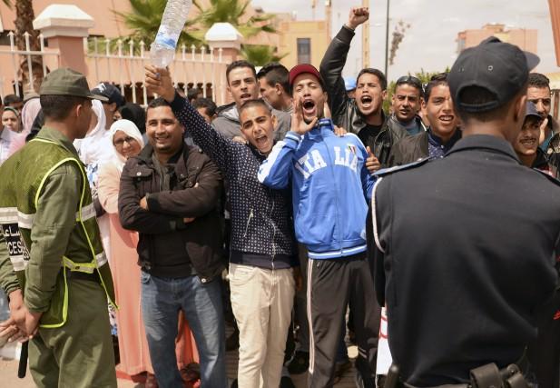 À l'extérieur du tribunal, des habitants du quartier... (AFP, Fadel Senna)
