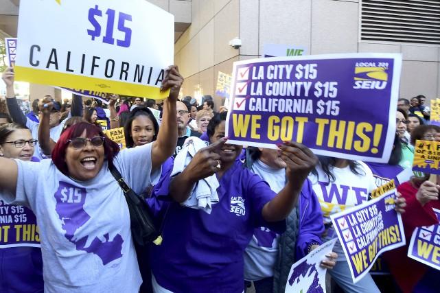 Ces travailleurs célèbrent après que legouverneur de la... (AFP, Frederic J. Brown)
