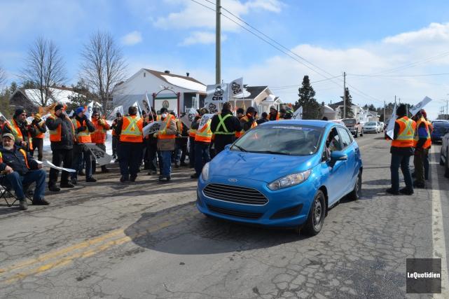 Les syndiqués ont bloqué la circulation pendant quelques... (Photo Le Quotidien, Louis Potvin)