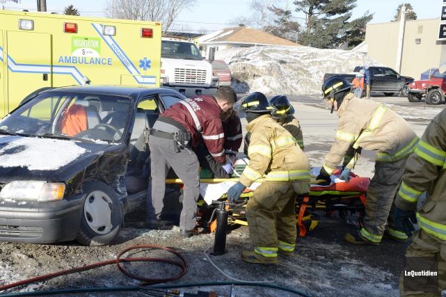 Trois personnes ont été transportées à l'hôpital sur... (Photo Le Quotidien, Jeannot Lévesque)