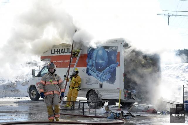Un camion de livraison a été la proie des flammes, lundi après-midi, à... (Photo Le Quotidien, Jeannot Lévesque)