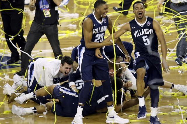 Les joueurs des Wildcatsde Villanova célèbrent après avoirremporté... (AP, Charlie Neibergall)