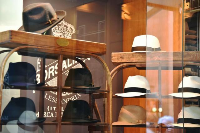 Des chapeaux Borsalino dans une vitrine de Florence.... (PHOTO AFP)
