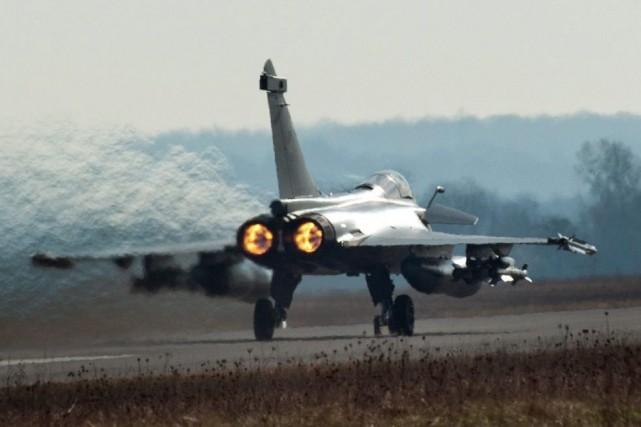 Les dépenses militaires mondiales ont bondi à près... (Agence France-Presse, Sébastien Dupont)