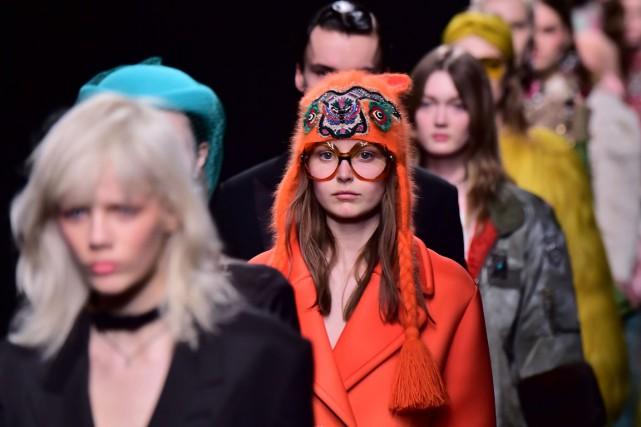 La marque de luxe italienne Gucci a annoncé mardi qu'elle présenterait ensemble... (PHOTO AFP)