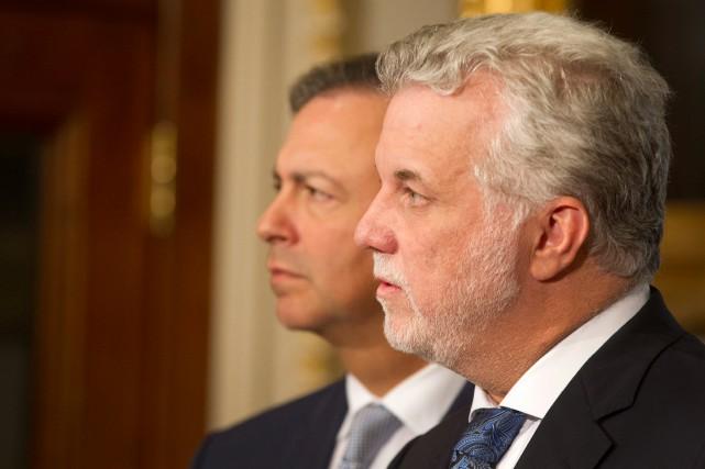 Le premier ministre Philippe Couillard et, à l'arrière-plan,... (PHOTO IVANOH DEMERS, ARCHIVES LA PRESSE)