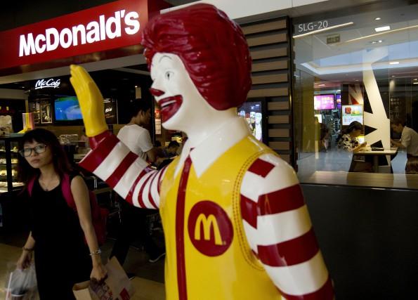 Les restaurants McDonald's du Canada se modernisent. Les26... (AP, Andy Wong)