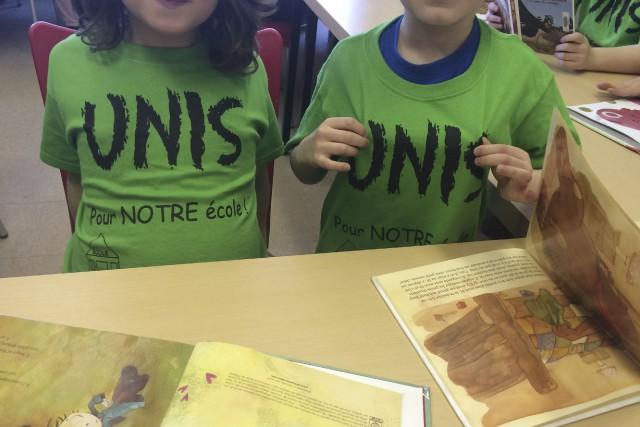 Le chandail «Unis pour notre école» est visible... (Paule Vermot-Desroches)