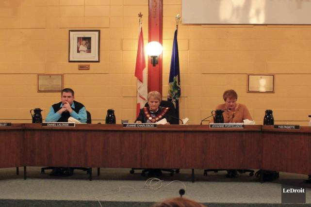 La mairesse de Hawkesbury, Jeannne Charlebois, parle de... (Martin Roy, Archives LeDroit)