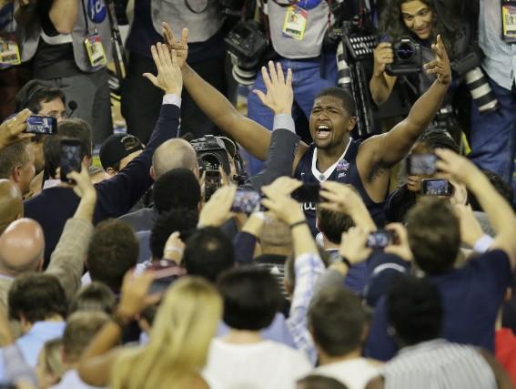 Héros de la finale de basketball de la... (AP, Charlie Neibergall)