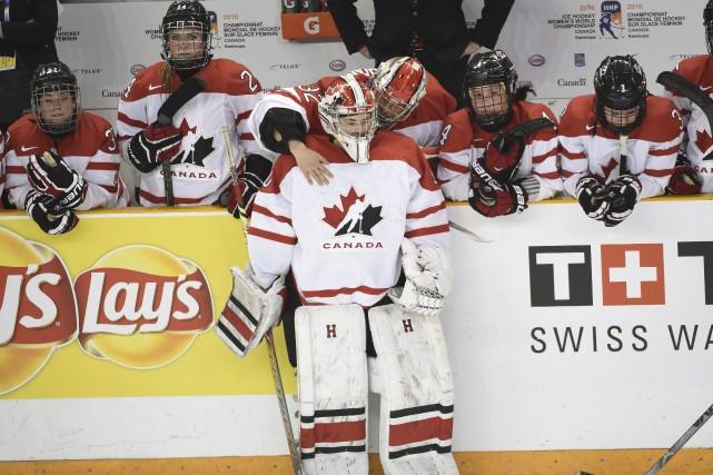 La gardienne Emerance Maschmeyer est réconfortée après la... (La Presse Canadienne, Ryan Remiorz)