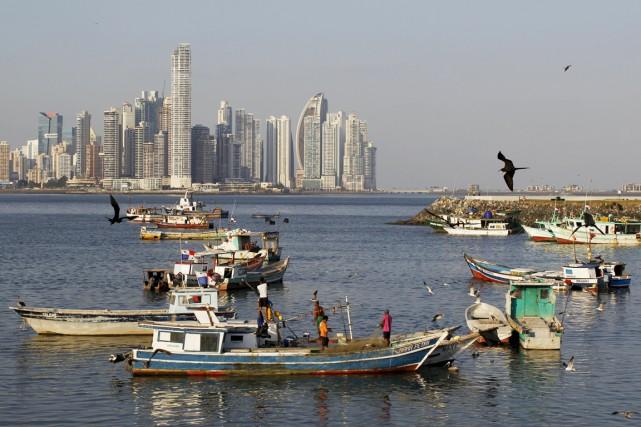 Des pêcheurs travaillent sur leur bateau alors que... (PHOTO CARLOS JASSO, REUTERS)
