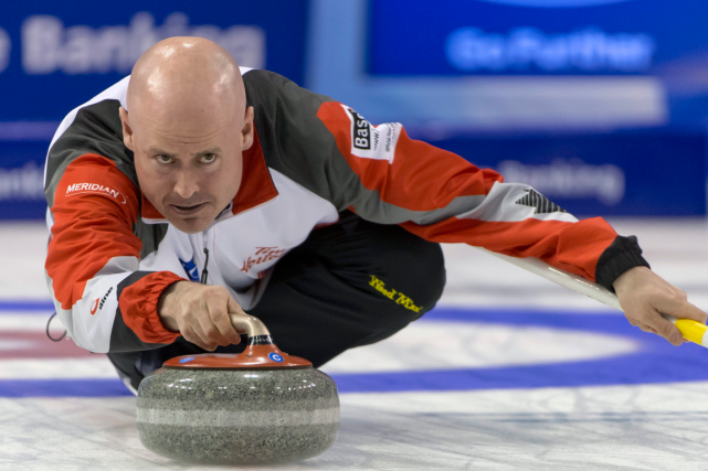 Le skip de l'équipe canadienne de curling, Kevin... (Photo Georgios Kefalas, AP)