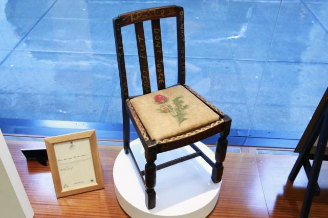 Une modeste chaise en bois, utilisée par l'auteure britannique J.K. Rowling... (PHOTO REUTERS)